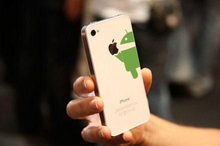 Android comiendose un iPhone